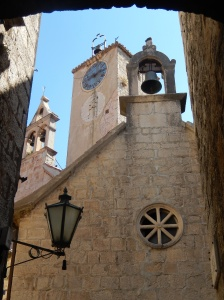 Looking up in Omis